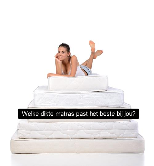 Stapel met dikke matrassen